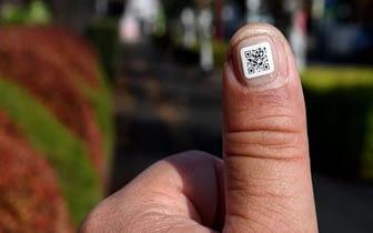 códigos QR en las uñas